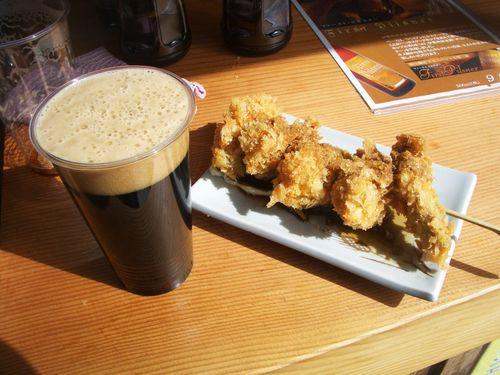 地ビール(スタウト)とカキフライ串