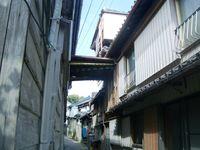遍照寺前の路地に三階建ての建物が・・・・